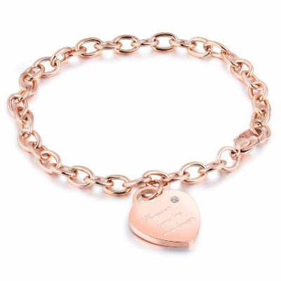 Gravure d'un bracelet avec charm coeur  en acier couleur or rose