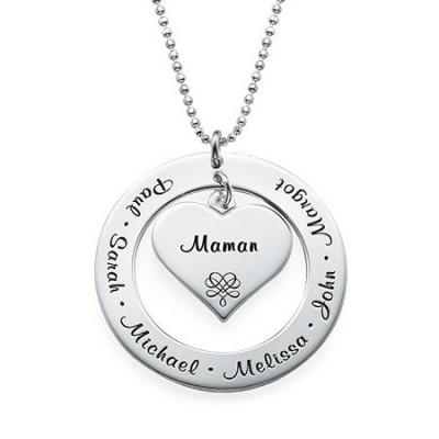 Gravure texte sur un collier cœur en argent pour les fêtes.