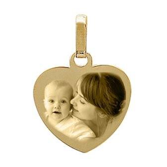Médaillon cœur en plaqué or gravé avec une photo.