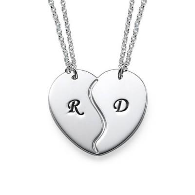 Personnalisation d'un collier coeur brisé avec des initiales gravés