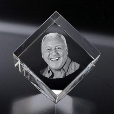 Bloc cubique pan coupé gravé au laser dans le verre de qualité supérieur.