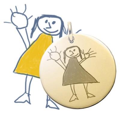 Grand pendentif rond plaqué or gravé avec un dessin enfant