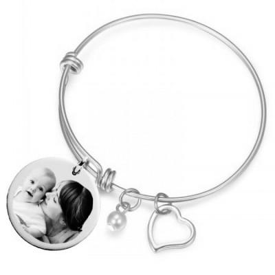 Bracelet jonc avec son médaillon rond argenté gravé avec une photo.