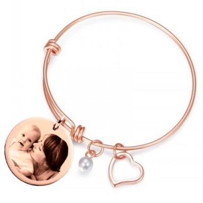 Bracelet jonc avec son médaillon rond doré rose gravé avec une photo.