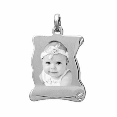 Petit pendentif parchemin en argent gravé avec une photo.