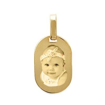 Petit médaillon gravé tonneau en plaqué or.