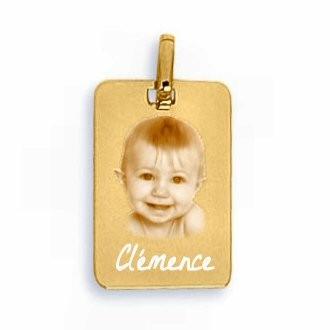 Gravure photo sur une médaille en or rectangle.