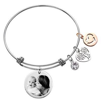 Bracelet jonc avec son pendentif rond argenté gravé avec une photo et ses charms