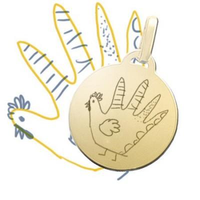 Gravure de la photo d'un dessin enfant sur un pendentif rond moyen plaqué or