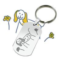 Porte-clefs métallique gravé avec un dessin d'enfant.