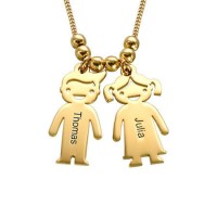 Personnalisation d'un collier avec des charms gravés enfants en plaqué or