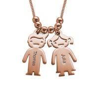 Collier personnalisé avec une gravure sur des charms gravés enfants en plaqué or rose