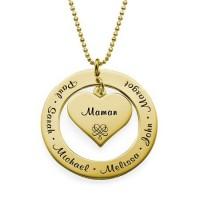 Gravure texte sur un pendentif cœur en plaqué or pour les fêtes.