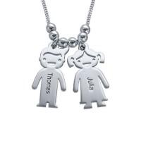 Personnalisation d'un collier avec des charms gravés enfants