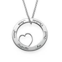 Gravure texte sur un collier cercle avec coeur en argent