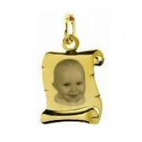 Gravure pendentif parchemin en or.