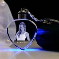 Gravure au laser d'un porte clés coeur lumineux multi-couleurs.