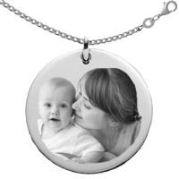 Gravure photo sur un bijou rond argent avec la chaine